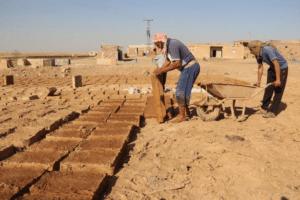 Os tijolos Kelbiç usados na construção da escola de Umceren são feitos de barro e palha. São depois colocados para secar ao sol.